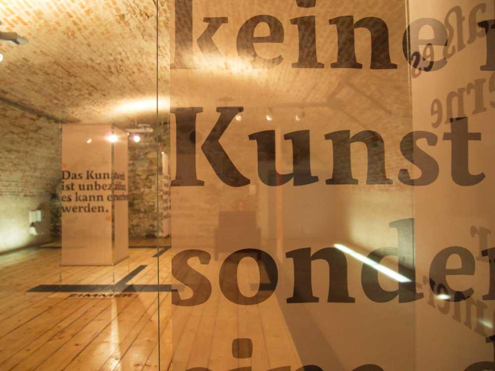 Schieles Wohnung und Atelier in Neulengbach. Grundriss und Andeutung der Wände durch transparente Textilhänger