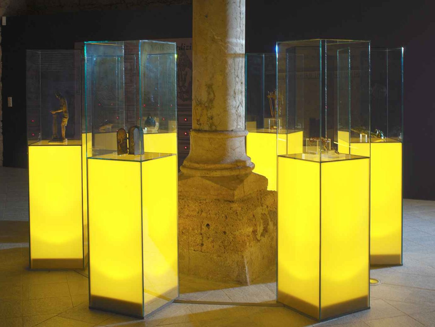 Kirche - sechs beleuchtete Vitrinen mit sakralen Objekten