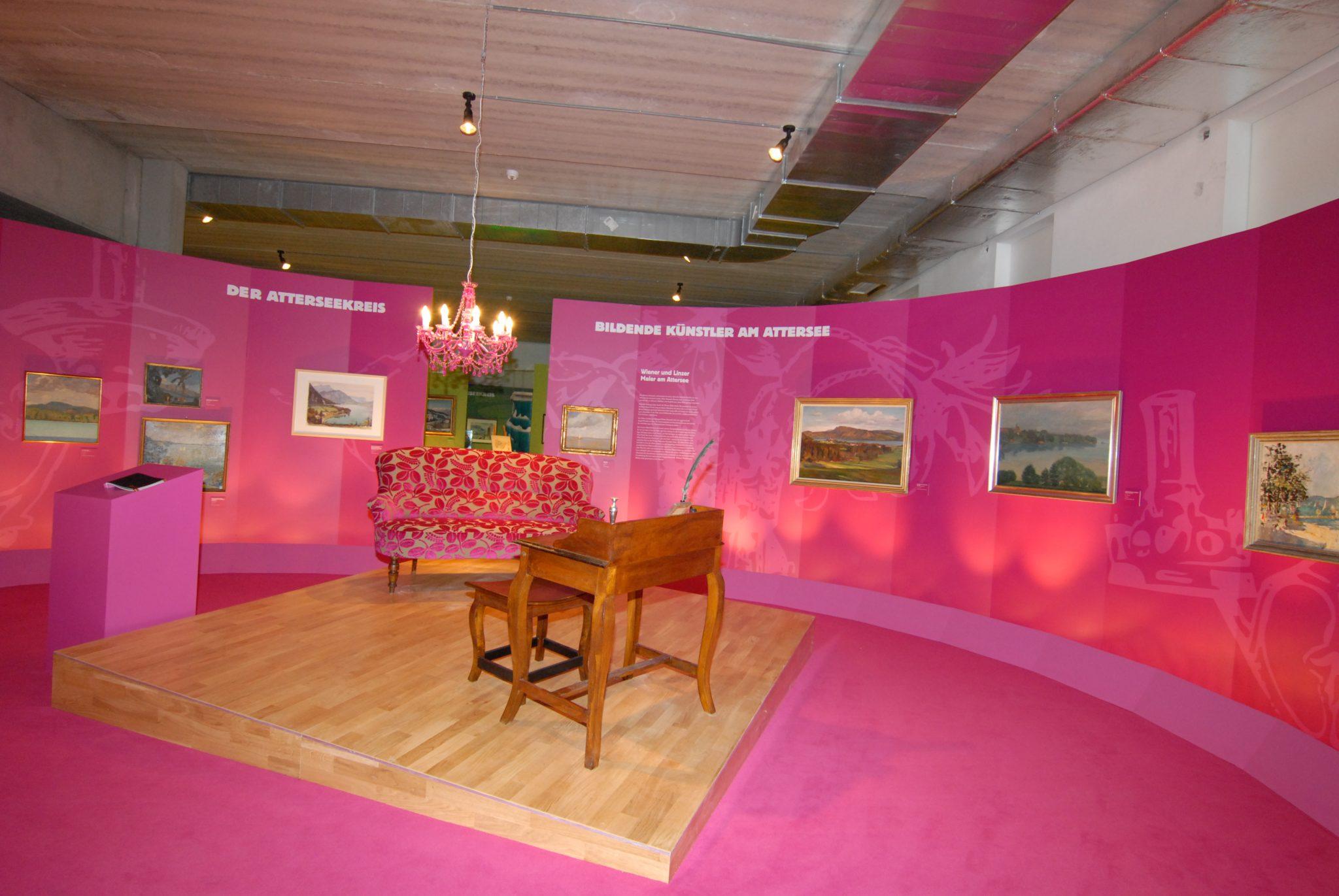 Atterseekreis Inszenierung mit Sofa, Luster und Schreibtisch auf schrägem Podest