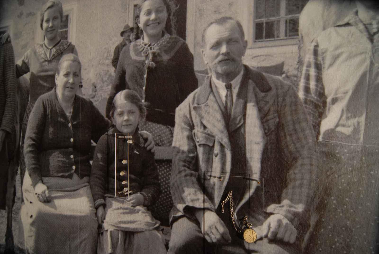 Bauernfamilie historisches Foto mit Originalobjekten Knöpfen und Taschenuhr