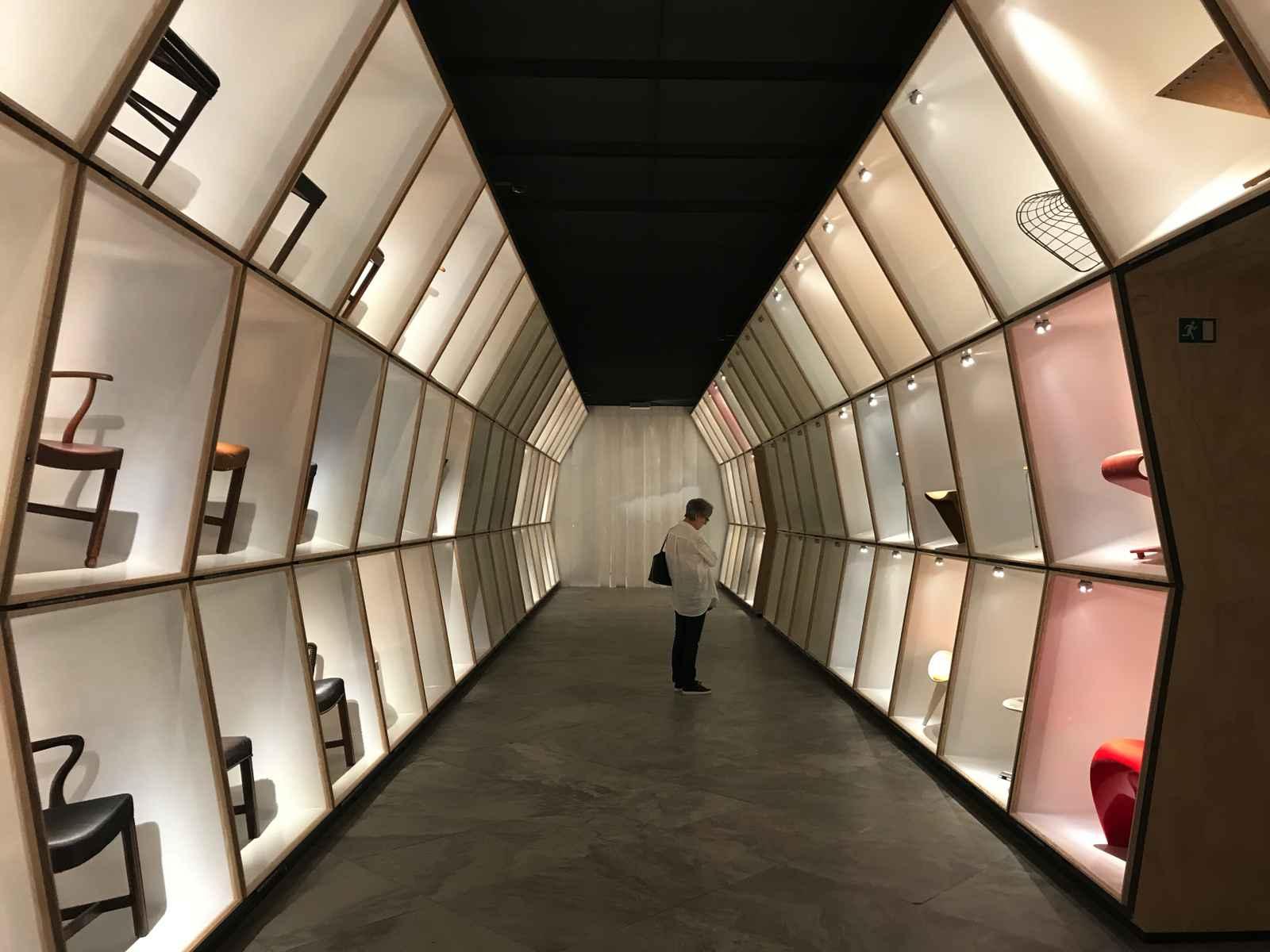 Designmuseum Kopenhagen tunnelartiger Wandverbau mit Nischen für Designklassiker
