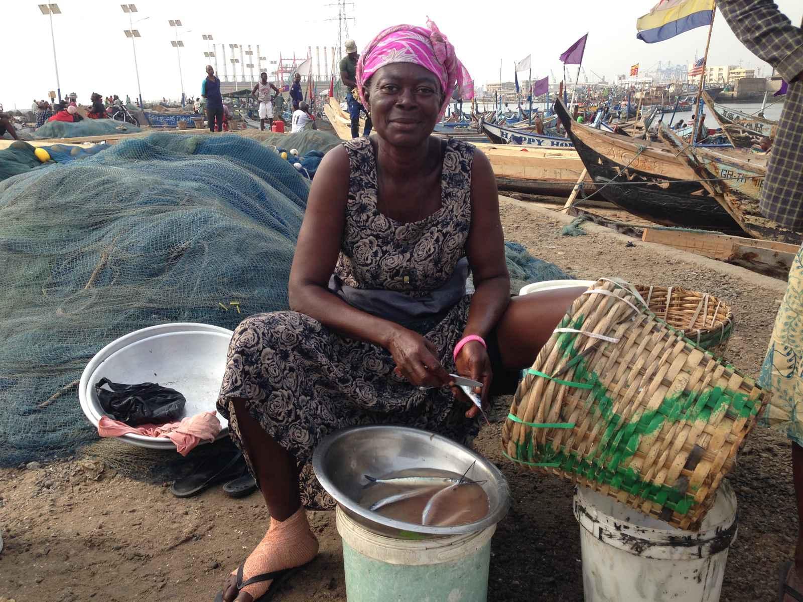 Fischmarkt: Fischverkäuferin beim Fische putzen