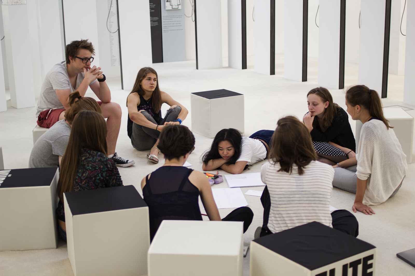 Gruppenarbeit: neun SchülerInnen im Kreis sitzend