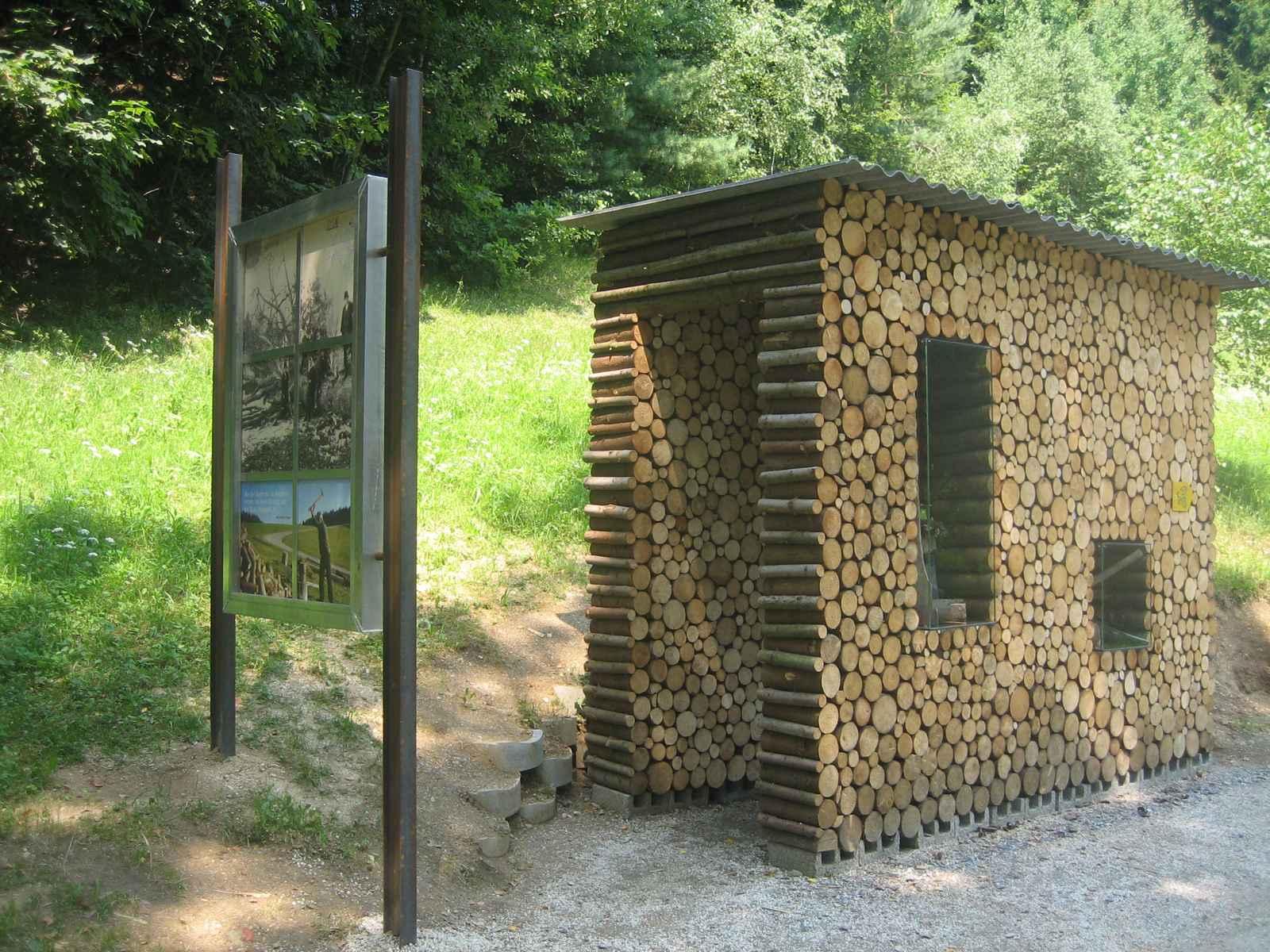 Holzarbeit mit begehbarem Holzstoß