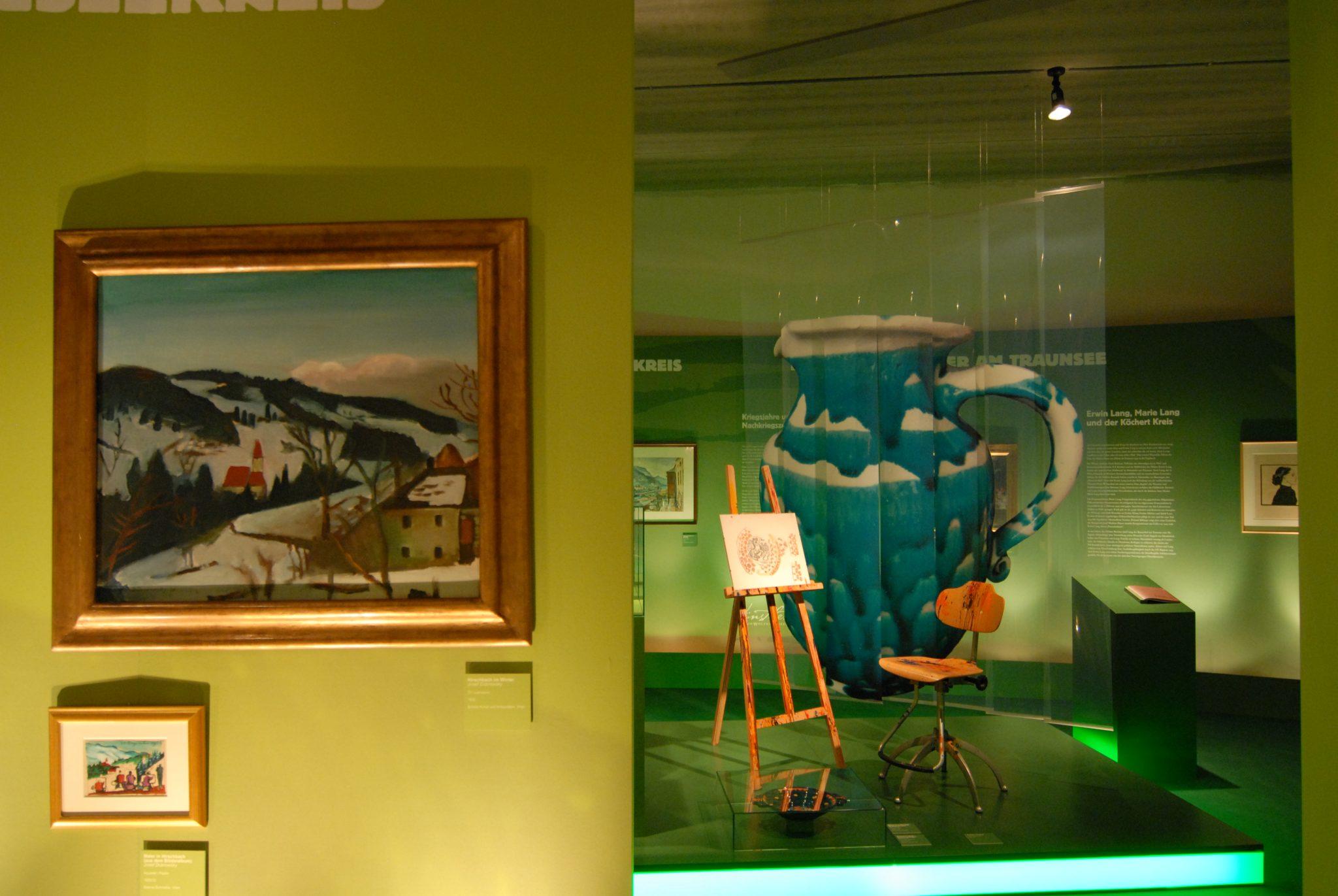 Künstlerkreise: links Gemälde, rechts Inszenierung Staffelei mit antikem Drehstuhl und Gmundner Keramik Krug.