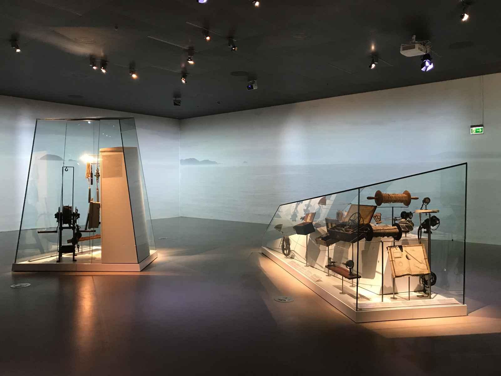 Maritimes Museum - Vitrinen wie Eisberge