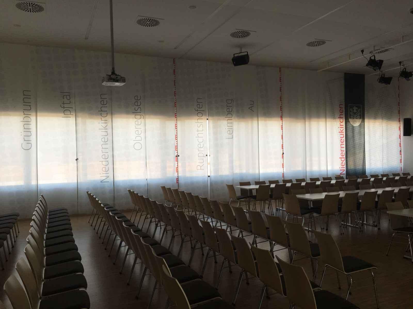 Multifunktionaler Saal mit Wappenfahnen