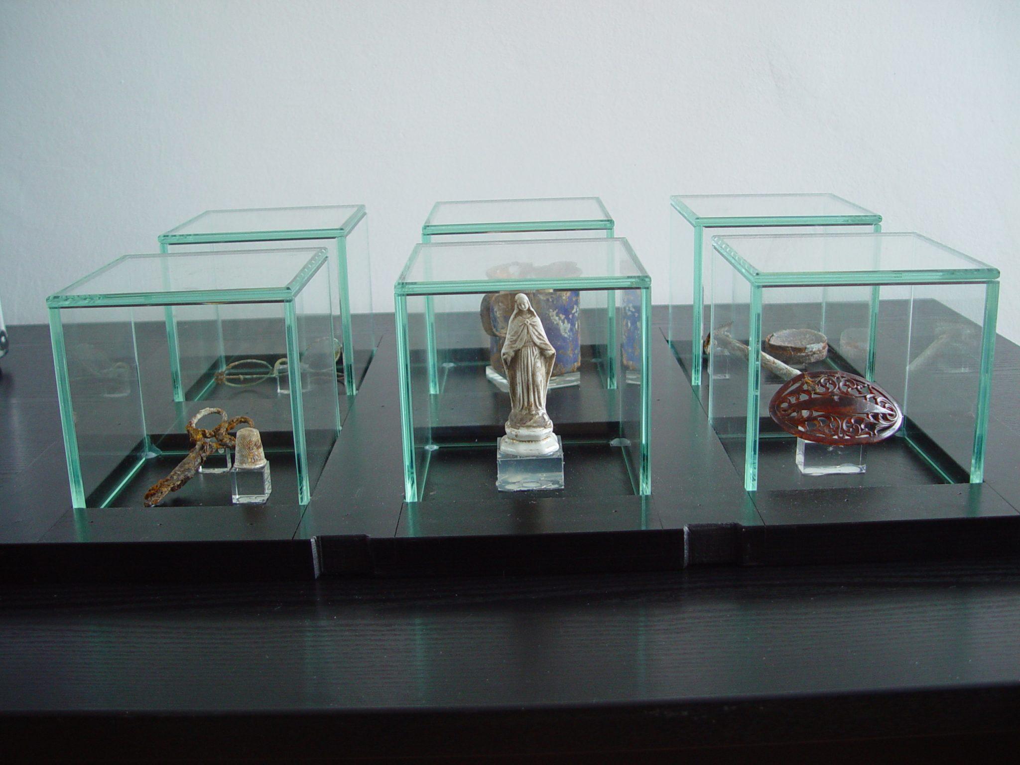 Outreach Koffer Vitrineneinsatz. Objekte der Opfer: Schere, Fingerhut, Madonnenstatuette, Haarspange im Vordergrund.
