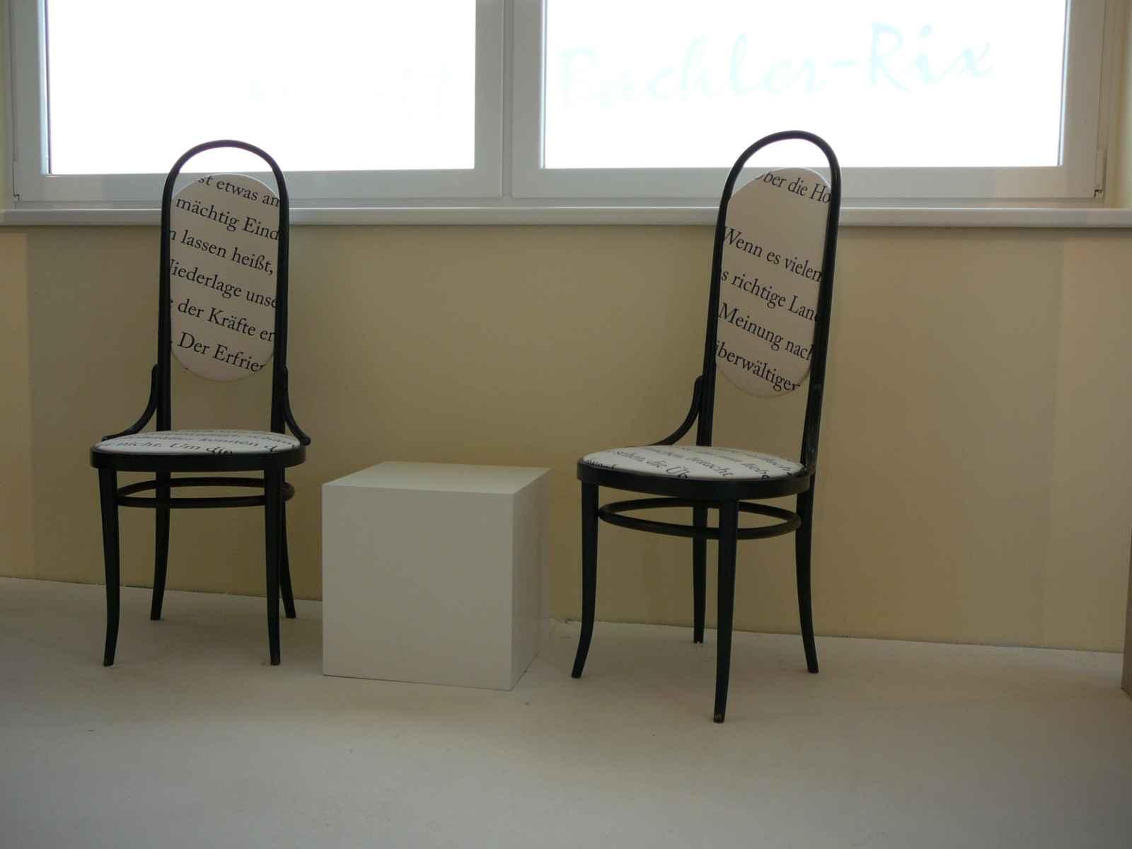 Zwei Thonetstühle mit Texten tapeziert