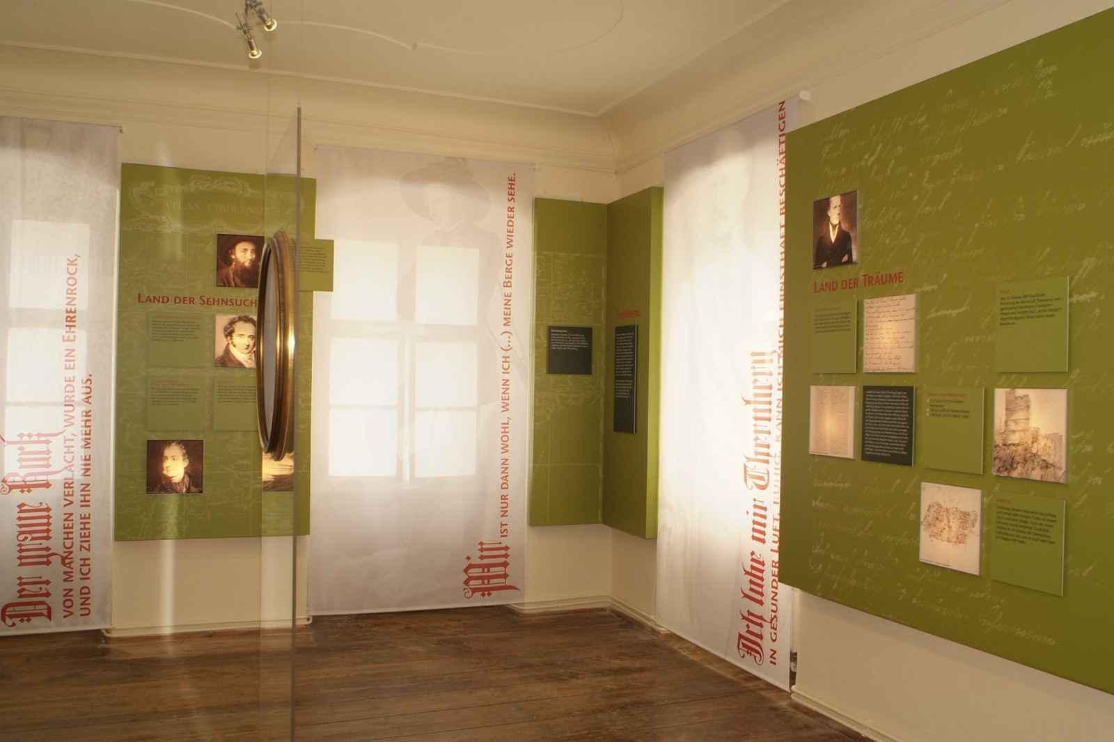 Pfarrhaus Erzherzog Johann mit Wandschale und transparente Vorhänge