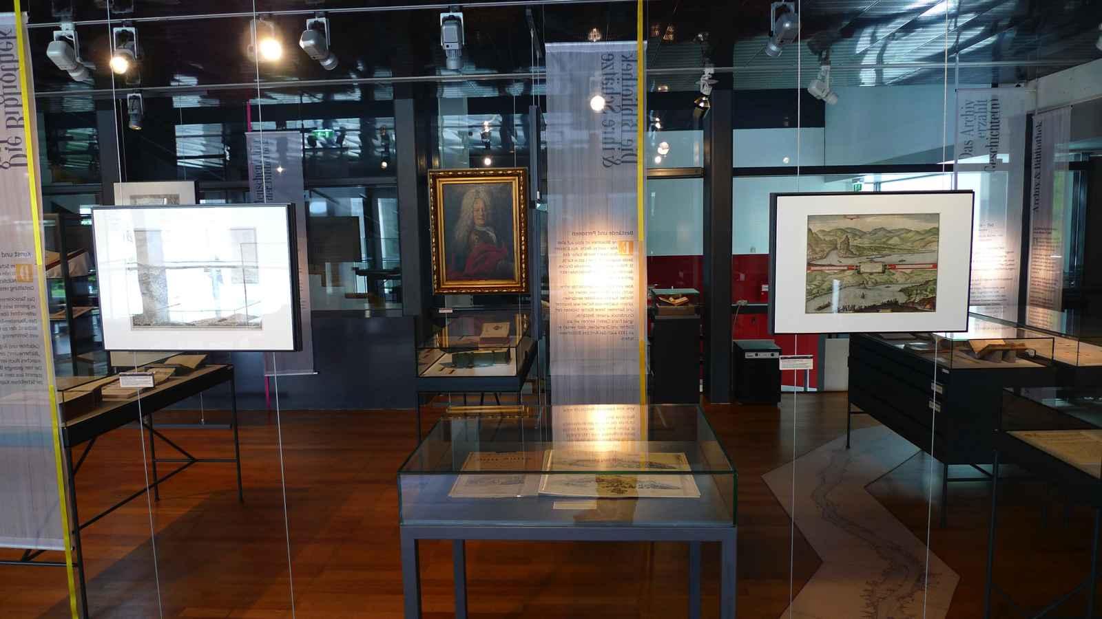 Raumeindruck mit abgehängten Originalgemälden und Texthängern