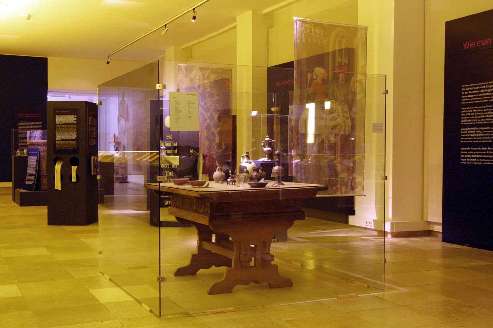 Raumeindruck Halle mit mittelalterlicher Tafel im Vordergrund