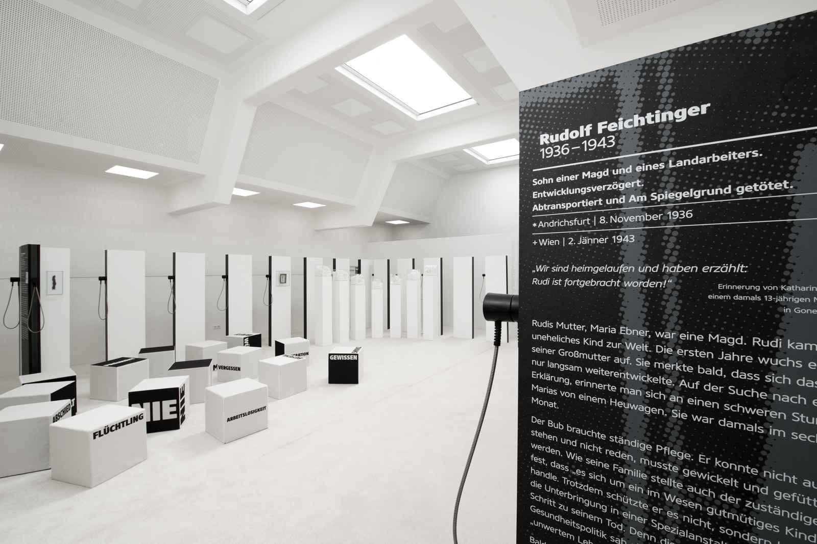 white cube mit einer Biografiestele von Rudi Feichtinger rechts im Vordergrund