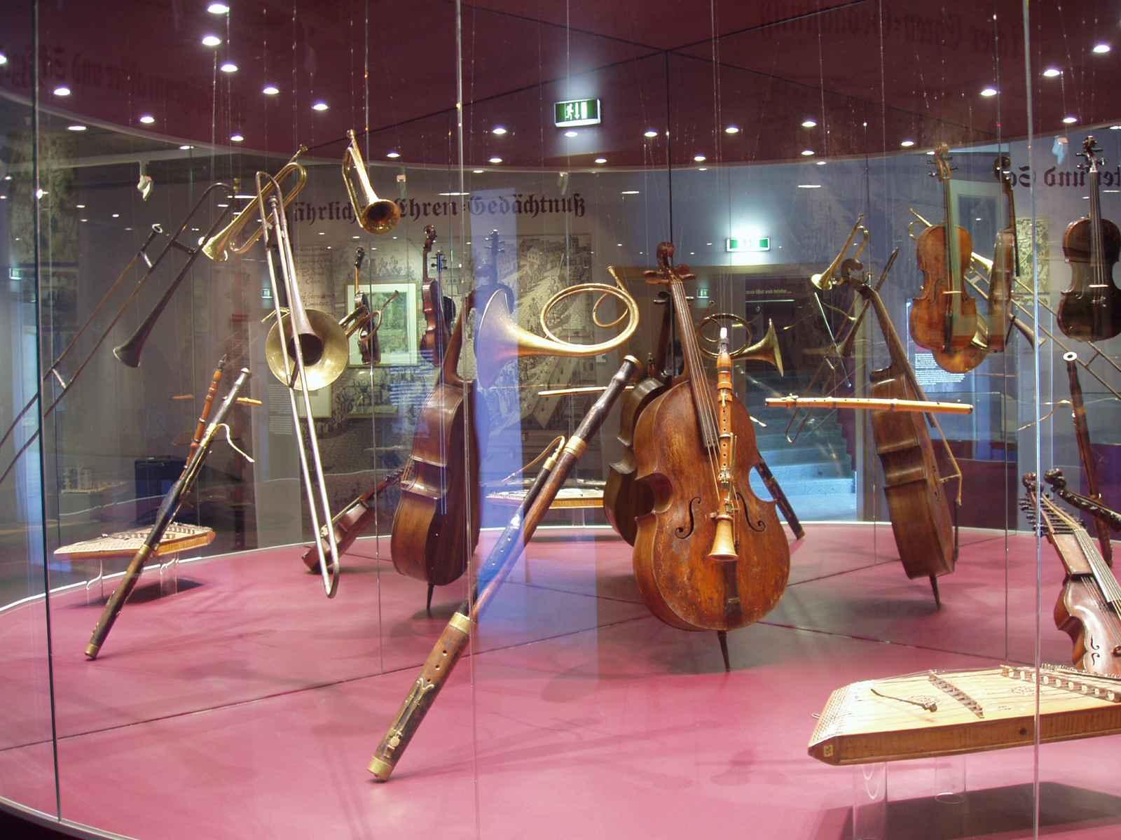 Feste feiern: Musikinstrumente in einer Rundvitrine
