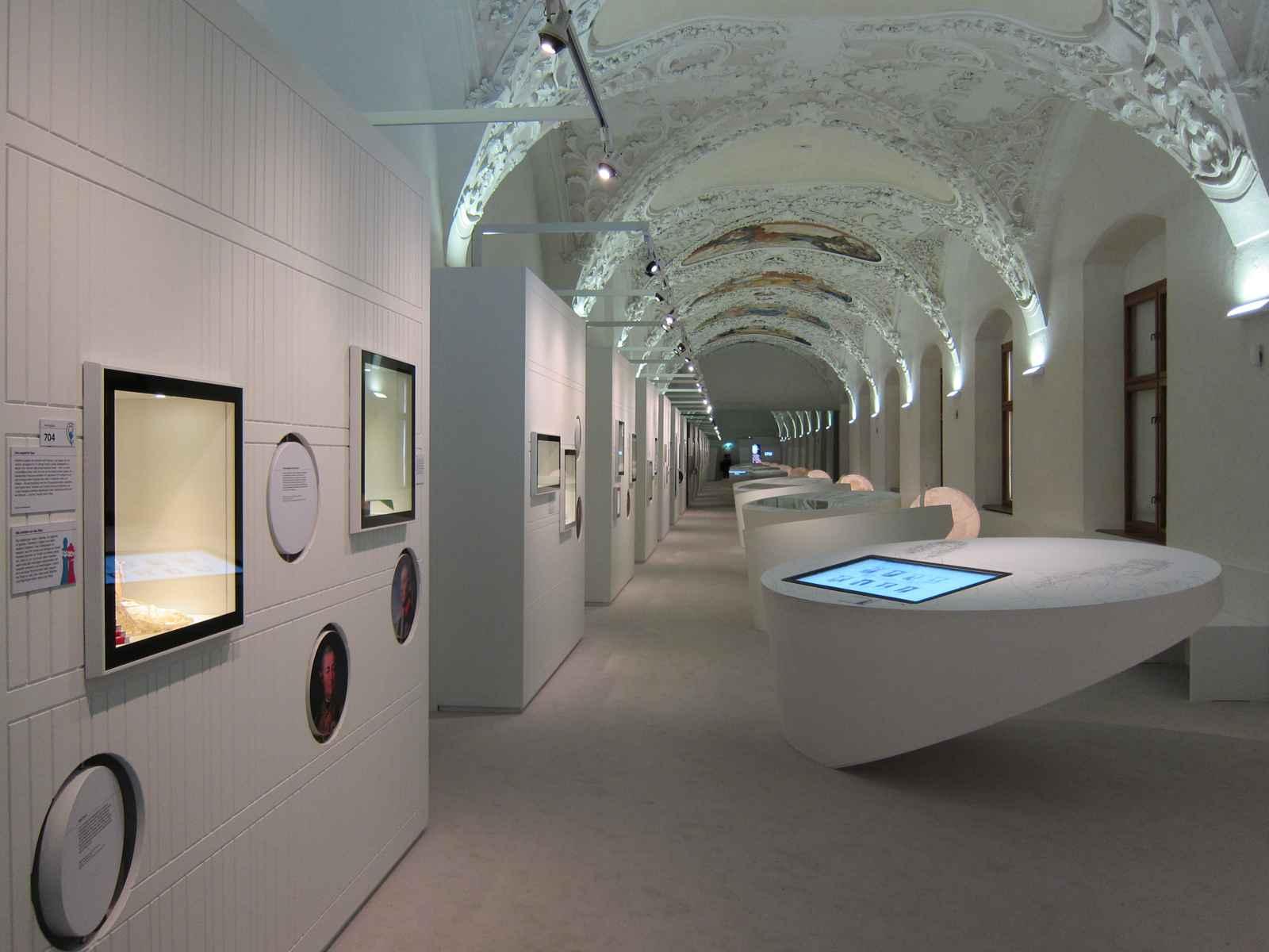 Raumeindruck Bibliothek mit Stuck Tonnengewölbe und ovalen Vitrinen