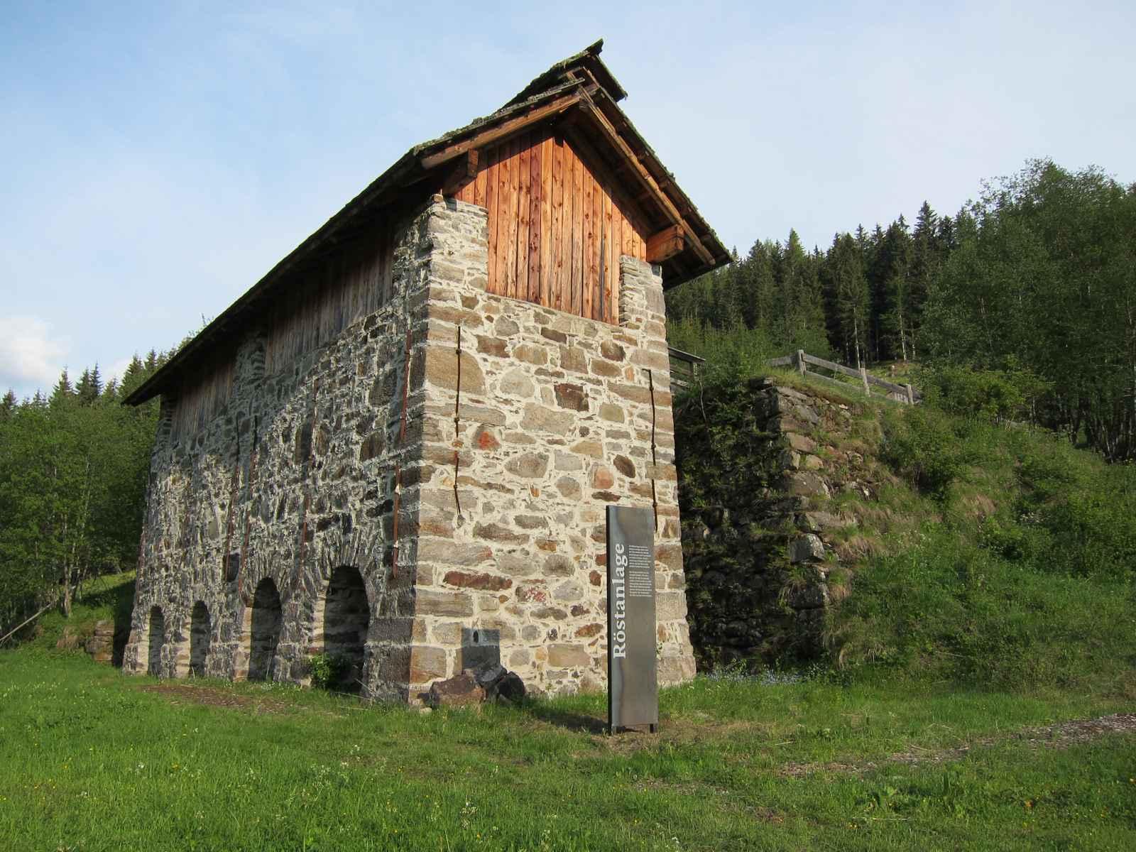 Röstanlage Gebäude mit Schwarzblechstele