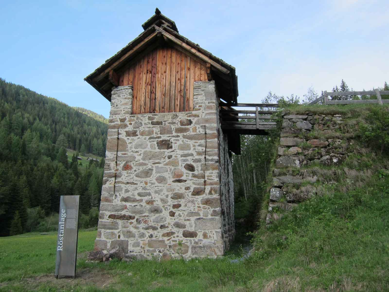 Röstanlage, Gebäude mit Schwarzblechstele