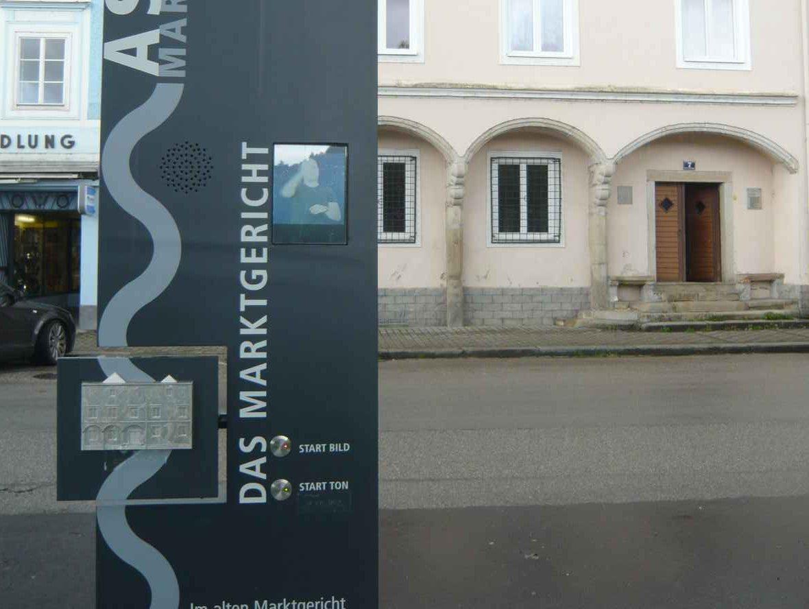 Links Stele Marktgericht, rechts Gebäude Marktgericht