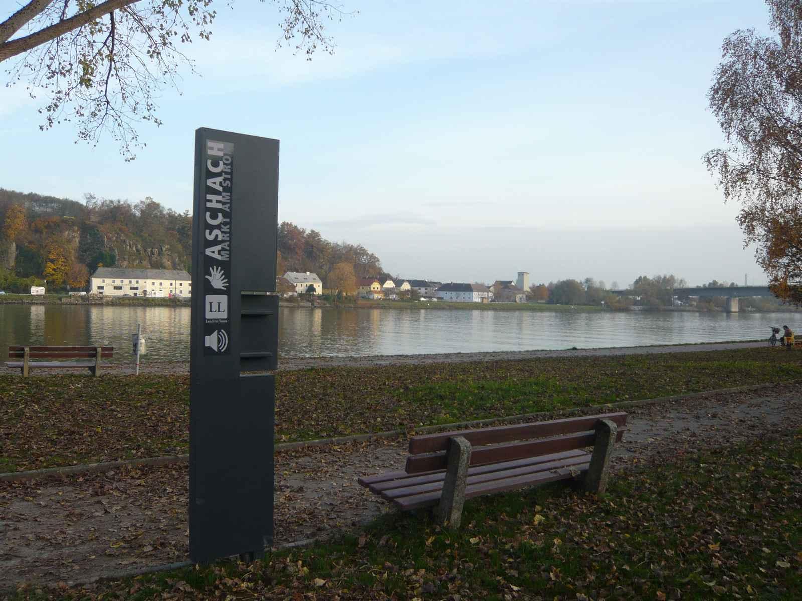 Stele Rückansicht, dahinter Donau