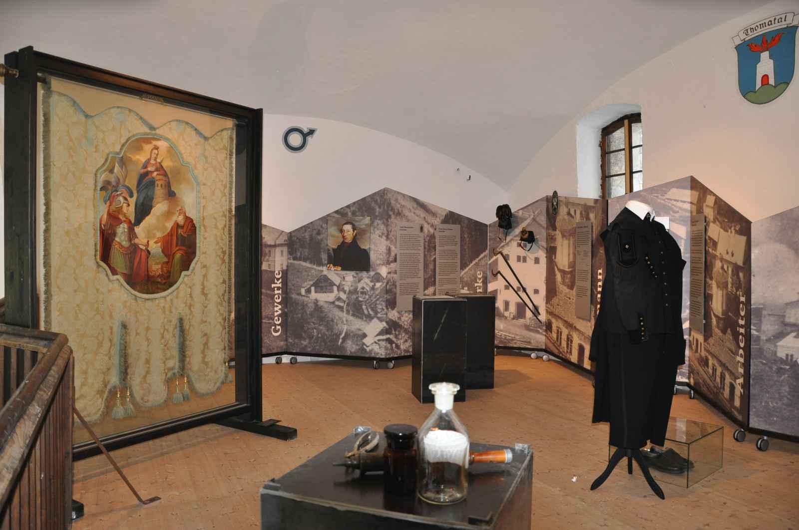 Zwischengeschoss Sozialgeschichte mit Zunftfahne, Medizinvitrine und Paradeuniform