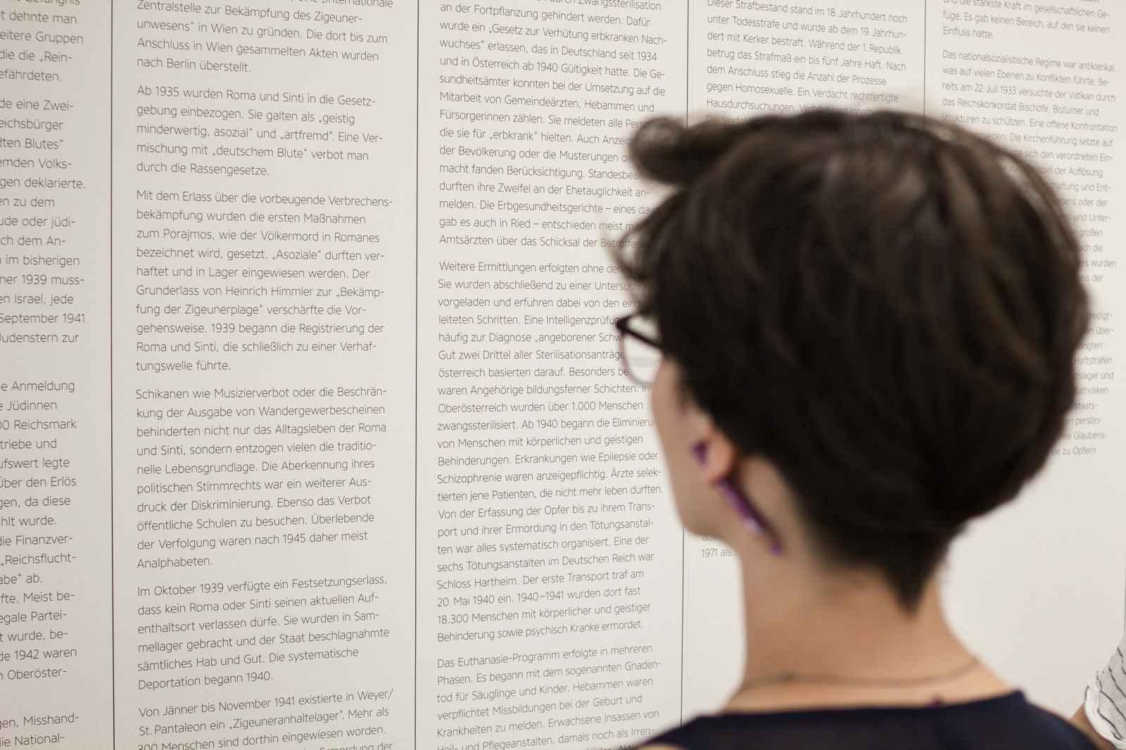 intensive Auseinandersetzung: Schülerin vor Informationstafel